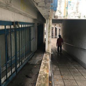 En person går i en gångtunnel i mörkret.