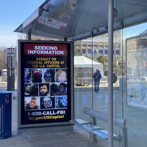 FBI söker tips på busshållplatserna om dem som var med om att storma Capitolium