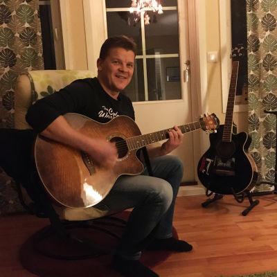 Peter Lindgren med sin gitarr.