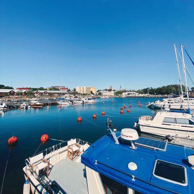 I förgrunden båtar i vattnet, i bakgrunden syns byggnader vid Östra hamnen i Hangö.