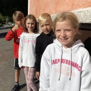 Allt är nära i Vichtis och vi kan leka på både svenska och finska, säger de här fyra eleverna i Nummela skola.