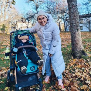Natalia Salmela ja hänen poikansa ulkoilemassa.