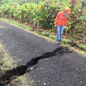 Sprickor i marken efter vulkanen Kilaueas utbrott på Hawaii.