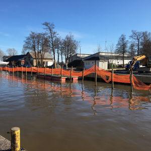 Byggarbeten vid Ingå Småbåtshamn i april 2019.