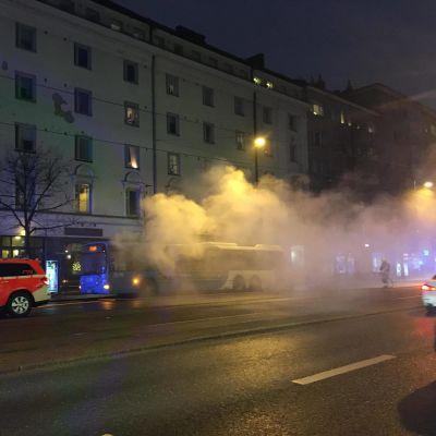 En buss brinner på Mannerheimvägen i Helsingfors.
