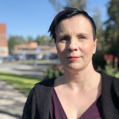 Kanta-Hämeen sairaanhoitopiirin johtajaylilääkäri Sally Järvelä kekussairaalan ulkopuolella kuvattuna.