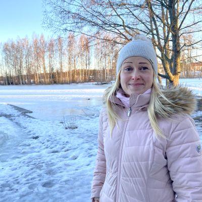 Taruanna Haarlo seisoo Mäkilammin rannalla Forssassa.