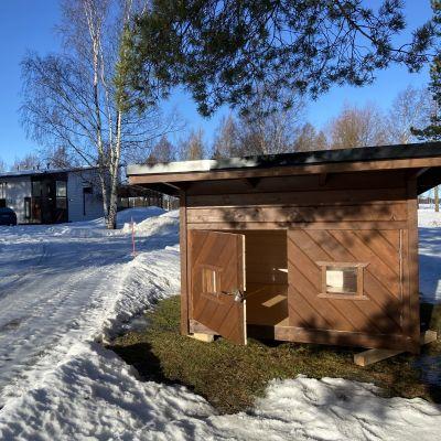 Kuvassa makuulaavu ja loma-asuntoja Kokkolan leirintäalueella.