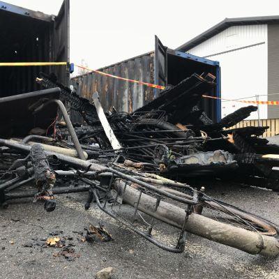 Harjuniityn koulun palaneet varastokontit