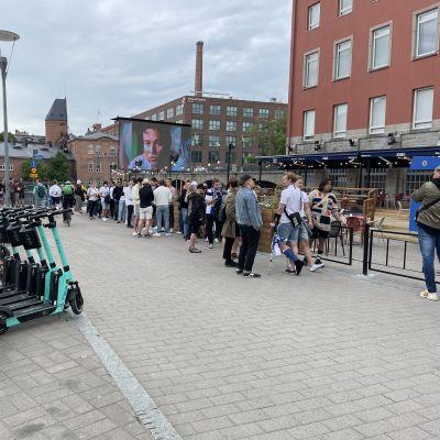 Huuhkaja-faneja Tampereen Dam-baarin edustalla