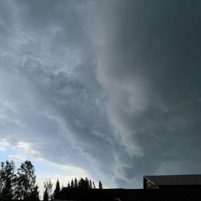 Tummat pilvet Suomussalmen taivaalla kesäkuussa 2021 Paula-myrskyn aikaan