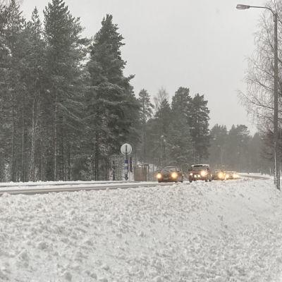 Autot ajavat peräkkäinen talvisessä säässä.