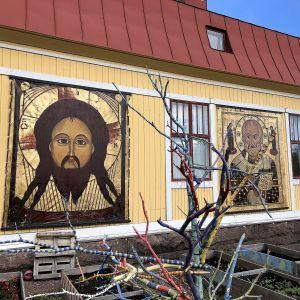 Almska gårdens fasad försedd med stora ikoner.