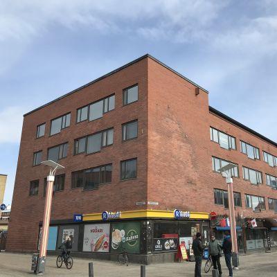Rovakatu 20 on Rovaseudun Markkinakiinteistöt Oy:n omistama rakennus, jossa on paljon liiketiloja