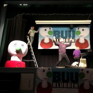 BUU-klubbsledarna förbereder sig för BUU-show på en scen