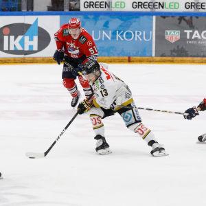Segermålskytten Michal Kristof snurrar upp HIFK-försvaret.