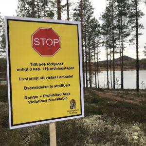 Gul skylt som varnar för att det är livsfarligt att vistas i området.
