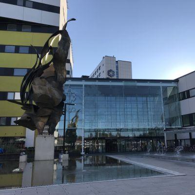 Tampereen yliopistollisen sairaalan pääsisäänkäynti, pihaa ja rakennuksia
