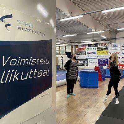 Kajaani Gymnasticin puheenjohtaja Birit Oksman ja valmennuspäällikkö Kati Säkkinen salin tiloissa.