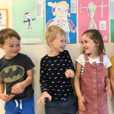 Fyra barn i dagisåldern.