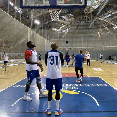 Kataja Basketin joukkue heittelee koreja harjoituksissa Joensuun Areenalla.