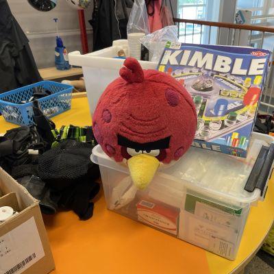 Angry Birds hahmo laatikon päällä