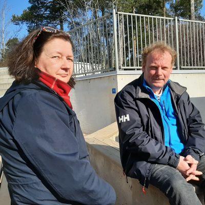 Heidi von Bonsdorff och Johan Jansson på skolgården i solen. Finno skola i Esbo april 2020.