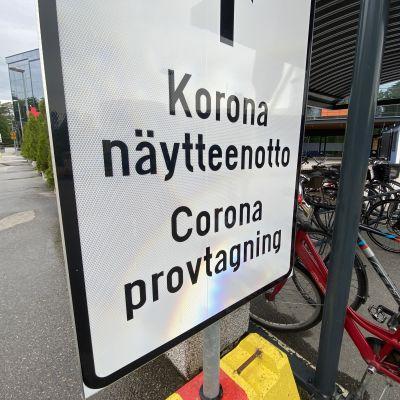 En skylt till corona provtagning.