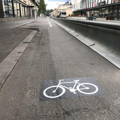 Kuva maahan kiinnitetystä pyörätietarrasta.
