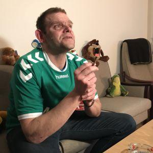 Thomas Pedersen röker en joint i soffan.