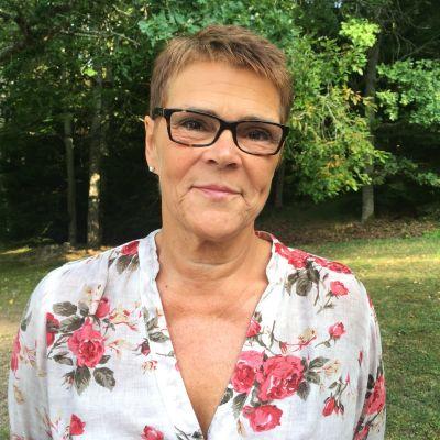 elise kurtén i blommig skjorta med skog i bakgrunden