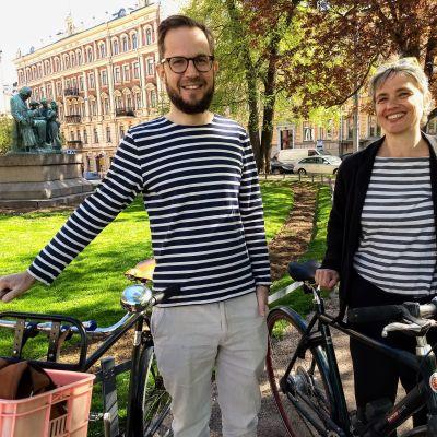 Cykelambassadörerna Martti Tulenheimo och Sanna Ojajärvi poserar vid sina cyklar.