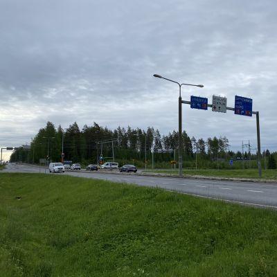 Otavantien ja valtatien 13 risteys Mikkelin Karikossa kesäkuussa 2020.