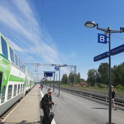 Tågpassagerare som stiger av tåget vid Jakobstad-Pedersöre station.