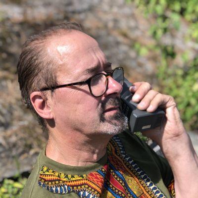 Pekka Lonka puhuu puhelimeen
