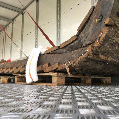 Oulusta löytyneen Hahtiperän hylyn osa pakattuna konservointia varten syksyllä 2019.