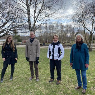 Fyra kommunalvalskandidater i en park.
