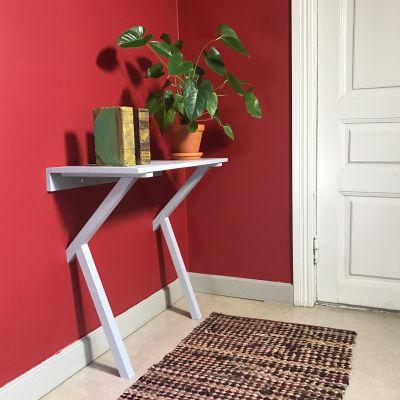 ett sidobord i trä