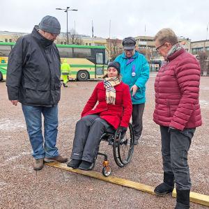 Beslutsfattare testar rullstol
