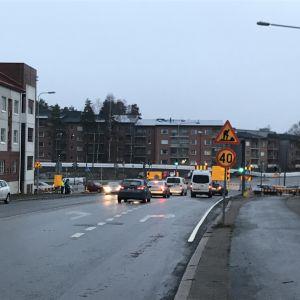 Den tillfälliga korsningen Alskatvägen/Brändövägen. Mulet väder.