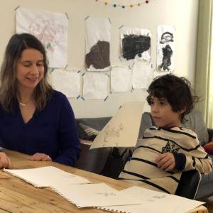 Annie Tummino med sonen Enzo och många teckningar i deras hem i Queens, New York.