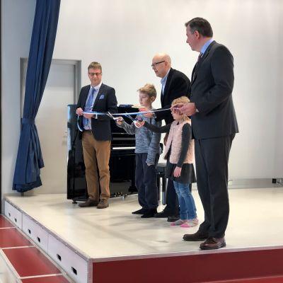 Purmo skola invigs. Från vänster bildningsdirektör Rolf Sundqvist, elev Elias Björklund, rektor Glenn Sundstedt, elev Isabella Mattjus och kommundirektör Stefan Svenfors.
