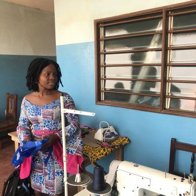 Nainen seisoo ompelukoneen äärellä.