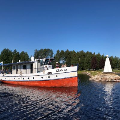 Kianta-laiva lipuu eteenpäin järvellä.