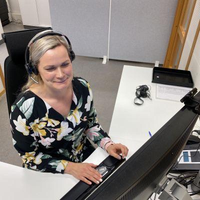 Kelan läntisen asiakaspalveluyksikön palveluasiantuntija Marjo Nurmi vastaanottaa puheluita asiakkailta.