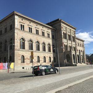 Nationalmuseums stora byggnad i rosa sten.