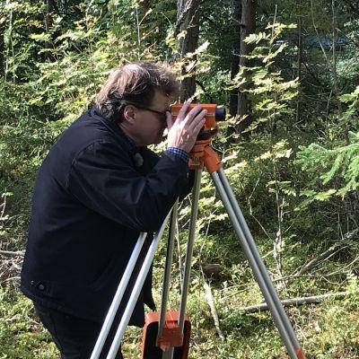 Jan Fast mäter utgrävningsområdet
