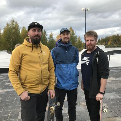 Miika Söderlund, Jussi Haapamäki och Markus Muurimäki under invigningen av Vasas nya skatepark vid Metviken.