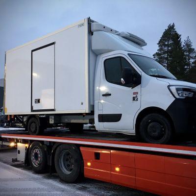 Koronakuljetuksiin soveltuva kuorma-auto lastattuna kuljetusauton lavalle Närpiössä.