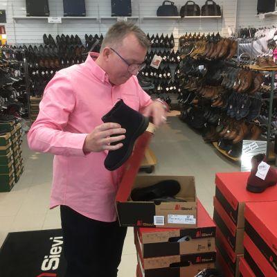 Tapio Viljanen i sin skoaffär